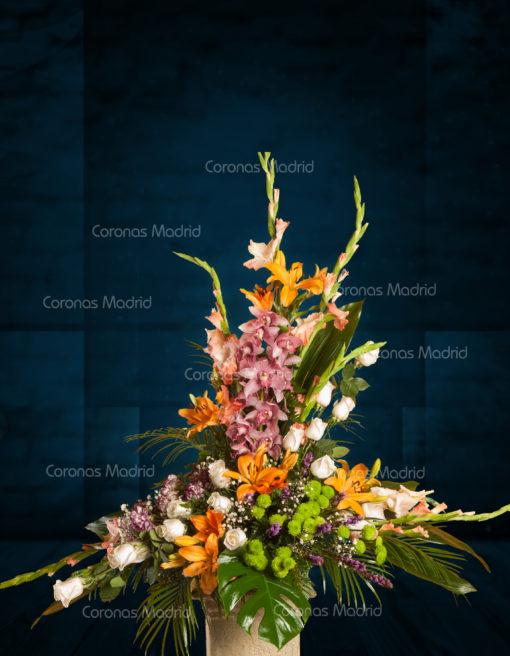 Centro de flores con rosas blancas